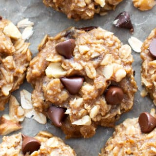 Gluten Free Breakfast Cookies (Vegan, GF): yummy & soft gluten free BANANA oatmeal breakfast cookies. EASY healthy breakfast cookies, packed with chocolate & chewy oats! #GlutenFree #Breakfast #Oatmeal #Cookies #Vegan | Recipe at BeamingBaker.com
