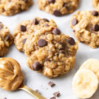 Peanut Butter Banana Oatmeal Cookies: quick 'n easy healthy peanut butter banana oatmeal cookies! Bursting with delicious peanut butter and banana flavors. #OatmealCookies #PeanutButter #Banana #Healthy | Recipe at BeamingBaker.com