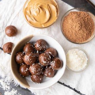 4 Ingredient Keto Chocolate Energy Balls: only 4 ingredients for delicious keto chocolate energy balls. The yummiest keto energy balls! #Keto #NoBake #LowCarb #Energy | Recipe at BeamingBaker.com